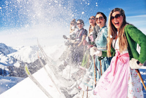 Gaudi beim Kästle Dirndl Skitag in Lech (Bild: Kästle GmbH)