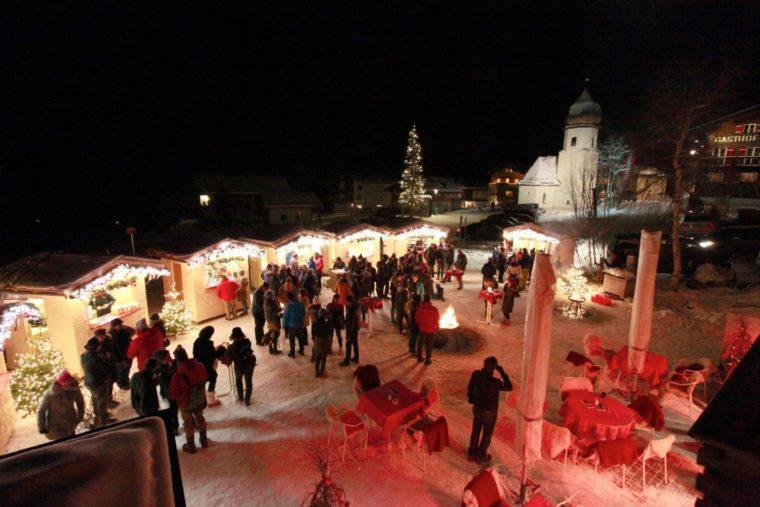 Gemütliche Stimmung in der schönen Bergkulisse am Zuger Weihnachtsmarkt. (Credit: Lech Zürs Tourismus)